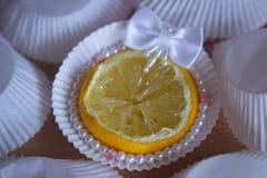 cupcake το λεμόνι χαντρών μαργαριταριών πλευρών ακτινοβολεί Στοκ εικόνα με δικαίωμα ελεύθερης χρήσης