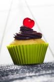 Cupcake in de koppen van het siliconebaksel Stock Foto's