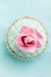 Cupcake decorated with fondant and gum paste flower Stock Photography