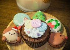 Cupcake en Macarons met mooie Kerstmisdecoratie tijdens Kerstmisfestival Royalty-vrije Stock Foto