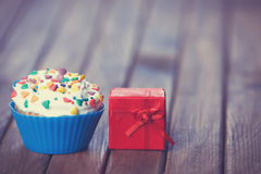 Cupcake and gift Royalty Free Stock Image