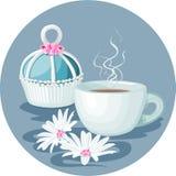 Cupcake, kop van koffie en bloemensamenstelling Royalty-vrije Stock Foto
