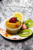 Cupcake met aardbeibovenste laagje Royalty-vrije Stock Afbeelding
