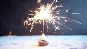Cupcake met boog en kaars - de gelukkige kaart van de de Vakantiegroet van de verjaardagskaart stock footage