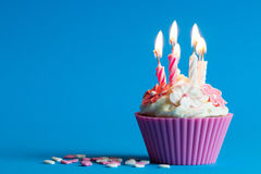 Cupcake met het branden van kaarsen Stock Foto