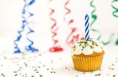 Cupcake met kaars bestrooit en linten Stock Foto