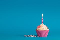 Cupcake met kaars en suikerbloemen Royalty-vrije Stock Afbeelding