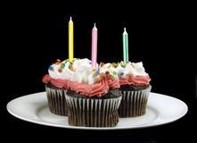Cupcake met Kaarsen op Zwarte Stock Foto