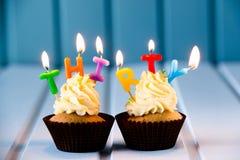 Cupcake met kaarsen voor 30 - dertigste verjaardag Royalty-vrije Stock Afbeeldingen