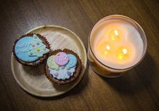 Cupcake met mooie Kerstmisdecoratie en kaarslichten tijdens Kerstmisfestival dat wordt bedekt Stock Fotografie
