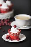 Cupcake met room en Amerikaanse veenbessen Stock Fotografie