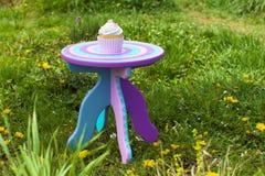 Cupcake met room op kleurrijke lijst Royalty-vrije Stock Foto's