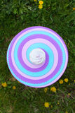 Cupcake met room op kleurrijke lijst Stock Foto
