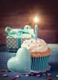 Cupcake met verjaardagskaars Stock Fotografie