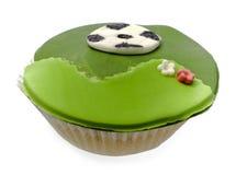 Cupcake met voetbalbal die over wit wordt geïsoleerds royalty-vrije stock afbeelding