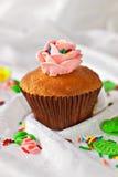 Cupcake met wervelingen van romig Stock Foto