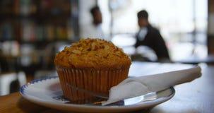 Cupcake op plaat in koffie 4k stock video