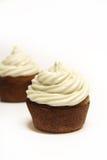 Cupcake op witte verticaal wordt berijpt die stock afbeelding