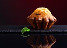 Cupcake op zwarte weerspiegelende achtergrond Stock Foto