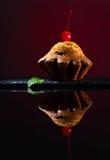 Cupcake op zwarte weerspiegelende achtergrond Stock Fotografie