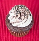 cupcake queques do chocolate no fundo fotografia de stock