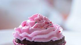 Cupcakedecoratie met suikerparels stock footage