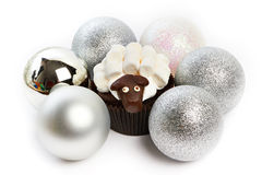 Cupcakelam met zilveren Kerstmisballen als simbol 2015 nieuw jaar Stock Afbeeldingen