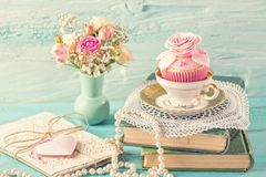 Cupcakes με τα ρόδινα λουλούδια στοκ εικόνες