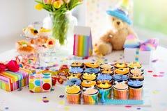 Cupcakes για τα γενέθλια παιδιών, κόμμα ζουγκλών παιδιών στοκ εικόνες