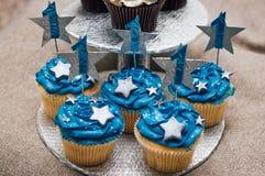 Cupcakes για την πρώτη επέτειο γενεθλίων Στοκ φωτογραφίες με δικαίωμα ελεύθερης χρήσης