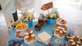 Φραγμός καραμελών Εύγευστος γλυκός μπουφές με τα cupcakes Γλυκός μπουφές διακοπών με τα cupcakes και τις teddy αρκούδες στον πίνα απόθεμα βίντεο