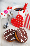 Cupcakes και καφές που γίνονται με την αγάπη Στοκ Εικόνες