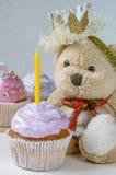 Cupcakes με ένα κερί στα πρώτα γενέθλια ενός μικρού κοριτσιού Στοκ Εικόνες