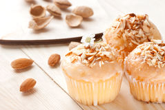 Cupcakes με τα αμύγδαλα σε έναν ξύλινο πίνακα Στοκ Φωτογραφίες