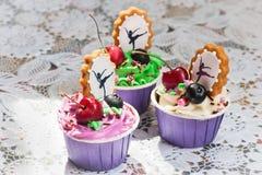 Cupcakes με τα μούρα στον πίνακα στοκ εικόνα