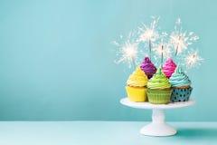 Cupcakes με τα sparklers Στοκ Εικόνες