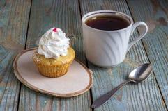 Cupcakes με την άσπρη κρέμα Στοκ Εικόνες