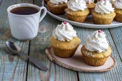 Cupcakes με την άσπρη κρέμα Στοκ Φωτογραφία