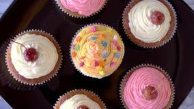 Cupcakes με την τήξη απόθεμα βίντεο