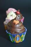 Cupcakes με τη σάλτσα σοκολάτας και τη διακόσμηση καρδιών Στοκ φωτογραφία με δικαίωμα ελεύθερης χρήσης