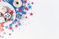 Cupcakes με τις αμερικανικές σημαίες στη ημέρα της ανεξαρτησίας Στοκ Εικόνες