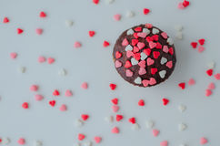 Cupcakes με τις μικρές καρδιές Στοκ Εικόνες