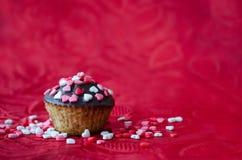 Cupcakes με τις μικρές καρδιές Στοκ Φωτογραφίες
