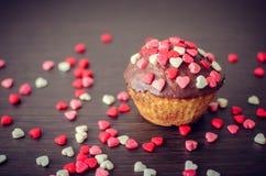 Cupcakes με τις μικρές καρδιές Στοκ εικόνες με δικαίωμα ελεύθερης χρήσης