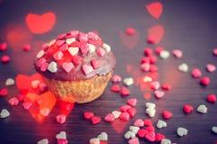 Cupcakes με τις μικρές καρδιές Στοκ εικόνα με δικαίωμα ελεύθερης χρήσης