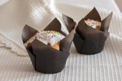 Cupcakes με το άσπρο λούστρο στοκ εικόνες