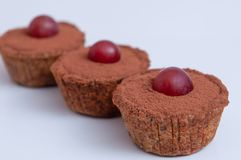 Cupcakes με το κακάο και τα σταφύλια στοκ φωτογραφία