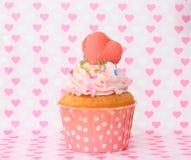 Cupcakes με το πάγωμα βανίλιας και τις χαριτωμένες καρδιές Στοκ φωτογραφία με δικαίωμα ελεύθερης χρήσης
