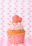Cupcakes με το πάγωμα βανίλιας και τις χαριτωμένες καρδιές Στοκ Εικόνα
