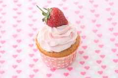 Cupcakes με το πάγωμα βανίλιας και τις χαριτωμένες κόκκινες καρδιές Στοκ εικόνα με δικαίωμα ελεύθερης χρήσης